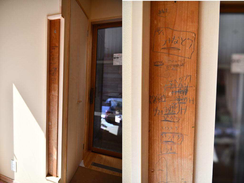 柱に刻まれた 背比べの鉛筆跡